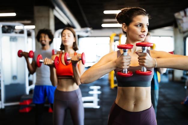 함께 체육관에서 운동하는 아름다운 맞는 친구들