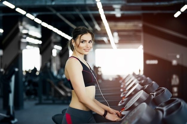 체육관에서 포즈를 취하는 아름 다운 맞는 여자