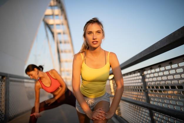 운동, 운동, 달리기, 야외 조깅을 하는 아름다운 행복한 여성 친구들.