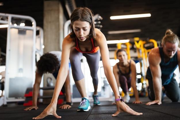 체육관에서 운동하는 아름다운 맞는 행복한 여성