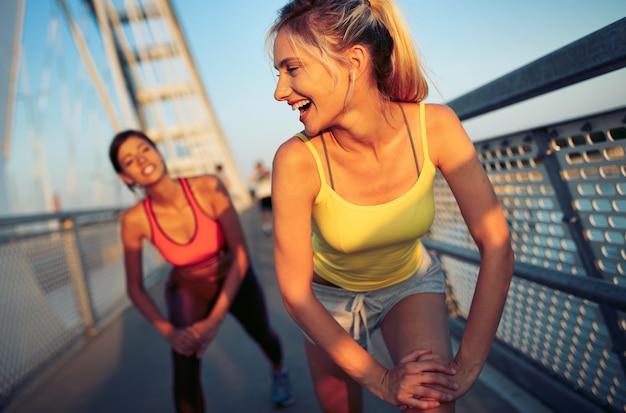 도시에서 운동하는 아름다운 여성. 달리기, 조깅, 운동, 사람, 스포츠 개념