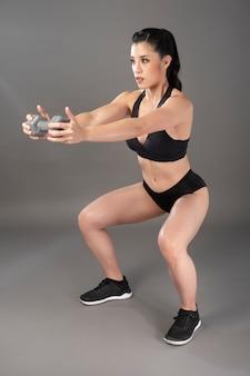 Красивая фитнес культурист женщина в студии