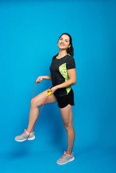 縄跳び、スタジオショットの美しいフィットネス女性