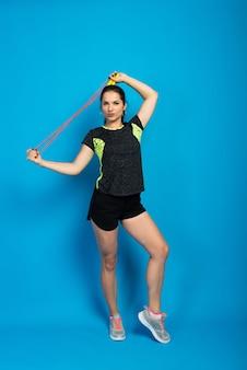 아름다운 피트니스 여성 점프 밧줄, 스튜디오 촬영