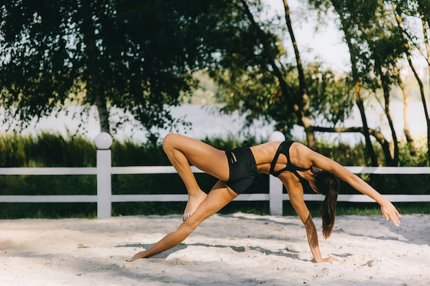 성적 비키니 화창한 여름 날에 해변에서 운동 아름다운 피트니스 소녀