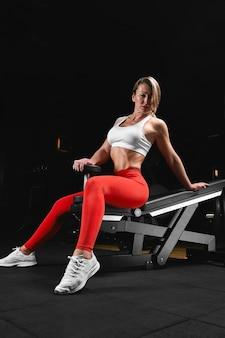 아름다운 피트니스 모델은 운동을 하 고 체육관에서 체육관에서 다른 카메라를 포즈. 피트니스 동기 부여, 신체 긍정적, 복사 공간, 아름다운 몸.
