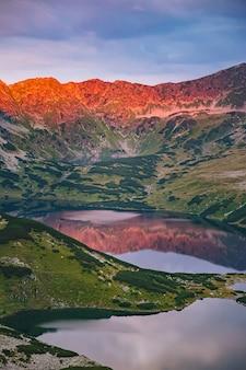 日の出のハイタトラ山脈の美しい5つの湖の谷