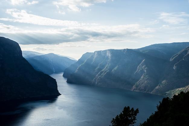 Красивый фьорд в норвегии. вид сверху.