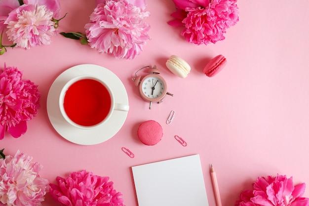 メモ帳鉛筆目覚まし時計牡丹の花とお茶とマカロンの美しいフラットレイ