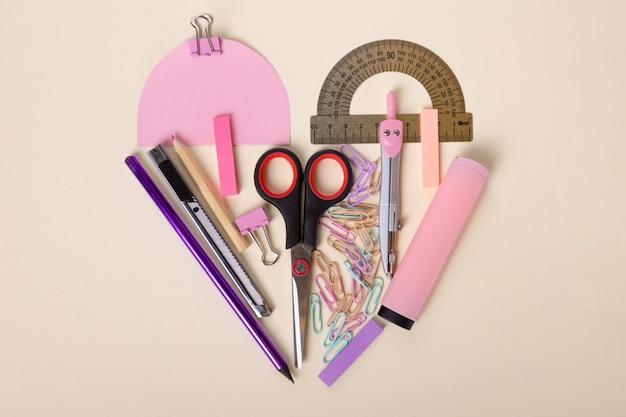 Красивый плоский макет школьных принадлежностей ножницы розовый маркер линейка цветные карандаши скрепки beau ...