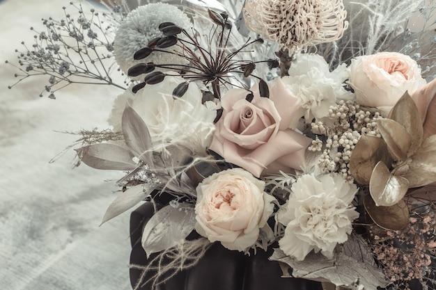 Красивая цветочная композиция из живых цветов