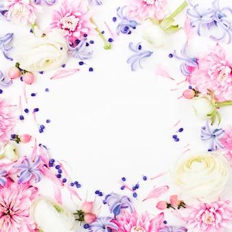 Красивые цветочные композиции. рама из лютиков, хризантем и других цветов на белом фоне. плоская планировка, вид сверху.