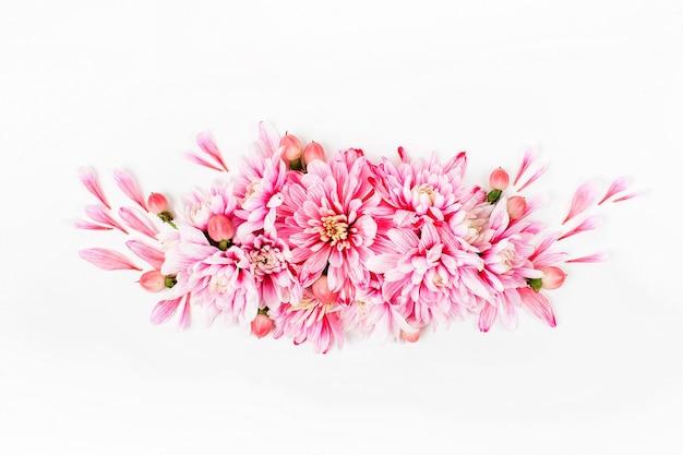 Красивые цветочные композиции. розовые хризантемы на белом фоне. плоская планировка, вид сверху.