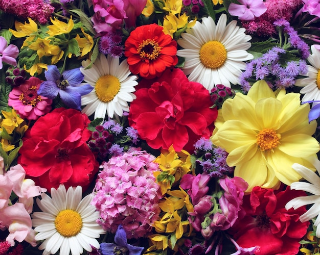 美しい花の背景、上面図。庭の花の花束。バラ、ダリア、デイジー、その他の花。