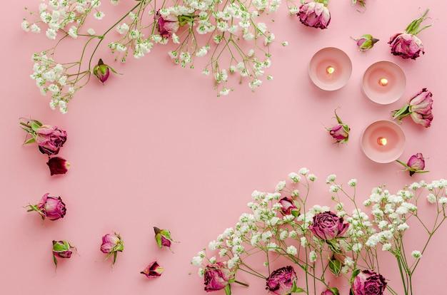 파스텔 핑크에 아름 다운 꽃 프레임입니다. 복사 공간, 평평한 평신도