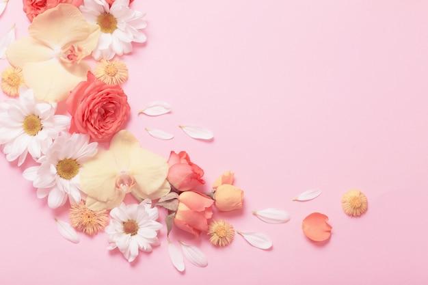 분홍색 종이 바탕에 아름 다운 꽃 패턴