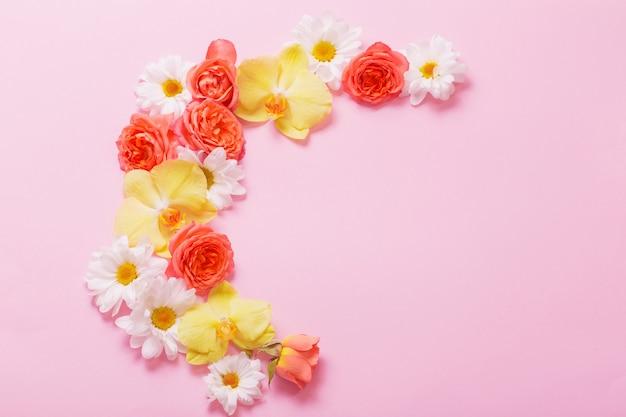 ピンクの紙の壁に美しい花柄