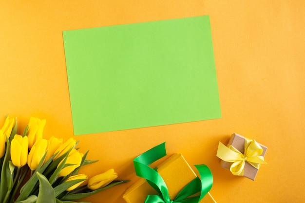 Красивая цветочная композиция. желтые цветы тюльпаны, пустая рамка для текста на желтом фоне. свадьба. день рождения день святого валентина. день матери. плоская планировка, вид сверху, копия пространства