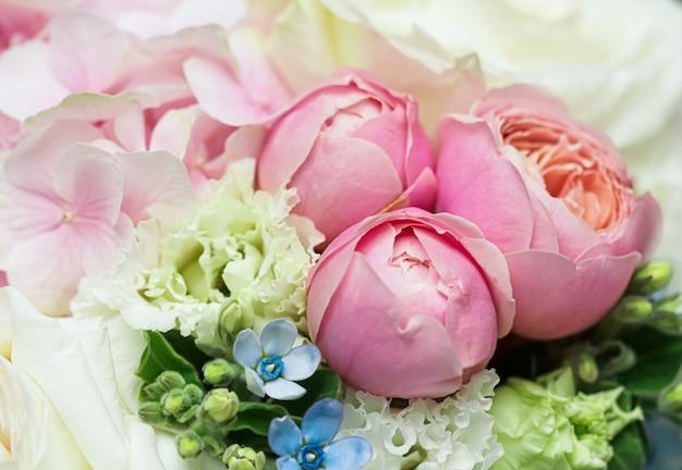 Красивая композиция из букетов крупным планом в пастельных тонах, украшение из роз и декоративных