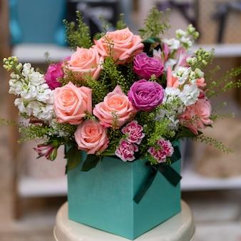 Красивый букет цветов в коробке