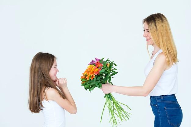 小さな女の子の誕生日に美しい花の贈り物。アルストロメリアのolorfulbouguet