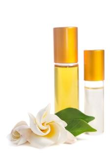肌にオイルとローションが入った美しい花とボトル