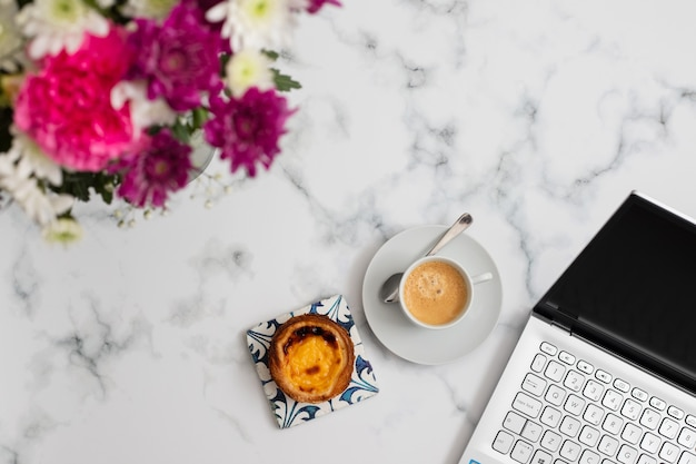 파스텔 드 나타의 아름다운 꽃과 커피