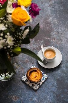 Красивые цветы и кофе с пастель де ната