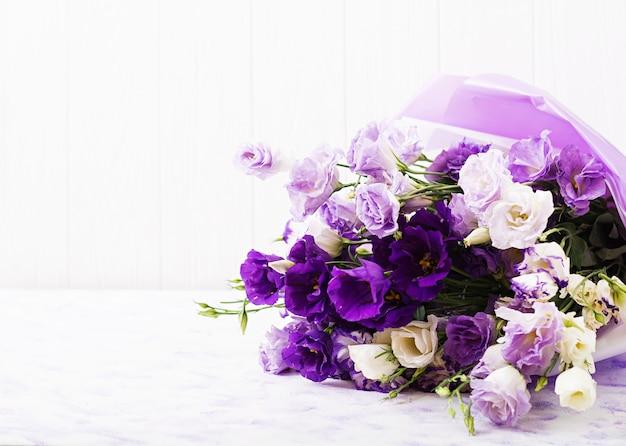 흰색, 보라색, 보라색 eustoma의 아름다운 꽃 꽃다발 믹스.