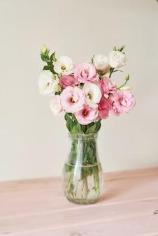테이블에 아름 다운 꽃 꽃다발