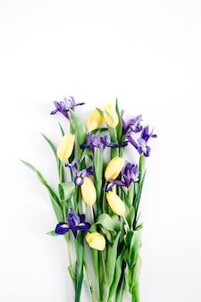 白い背景に美しい花の花束。フラット レイアウト、トップ ビュー。フラワーアレンジメント