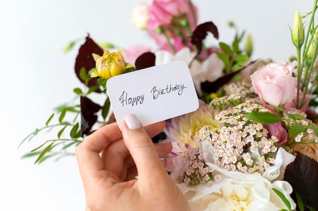 생일 메모가 있는 아름다운 꽃 꽃다발