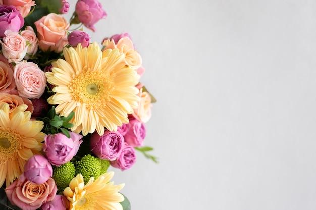 コピースペースのある美しい花の花束