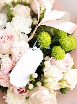 Bellissimo bouquet di fiori con nota