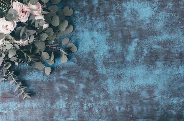 Красивая цветочная рамка с розами на синем фоне