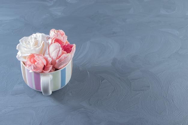 흰색 바탕에 컵에 아름 다운 꽃. 고품질 사진