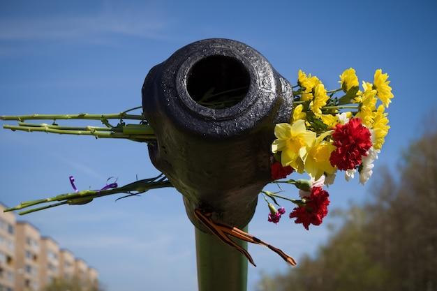 Красивые цветы в стволе танка 9 мая в честь дня победы