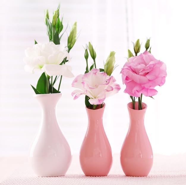 Красивые цветы в вазах со светом из окна