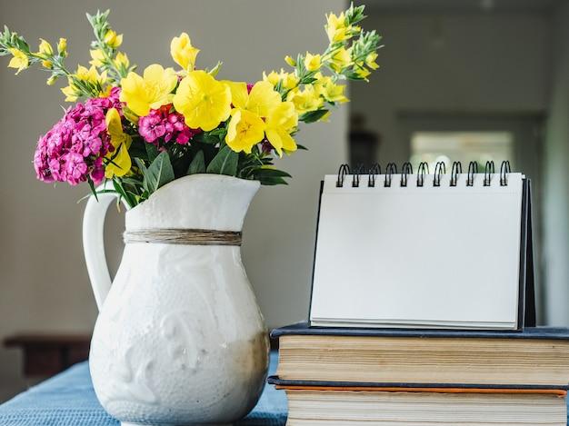 나무 테이블에 누워 아름 다운 꽃