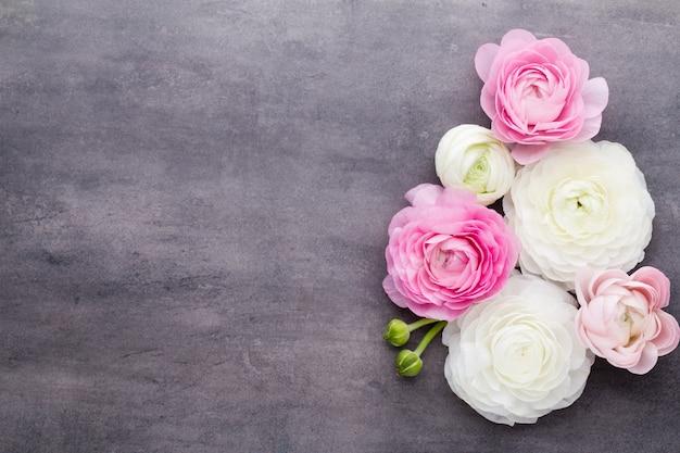 Красивые цветы, более цветные лютики на сером фоне.