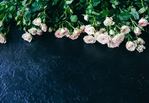 검은 배경에 아름 다운 꽃입니다. 장미 꽃다발. 완벽한 플랫 레이. 해피 어머니의 휴일 엽서입니다. 국제 여성의 날 인사말. 광고 또는 판촉을 위한 세련된 아이디어.
