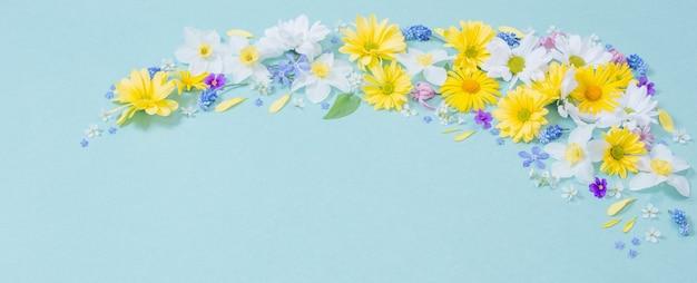 파란색 종이 벽에 아름 다운 꽃