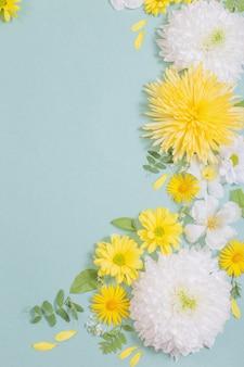 녹색 종이 표면에 아름 다운 꽃