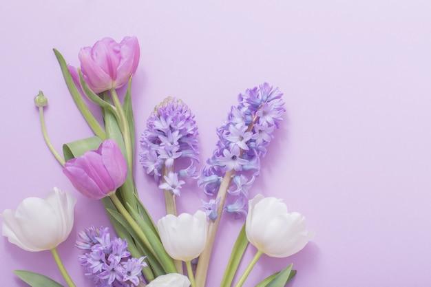 紙の背景に美しい花 Premium写真