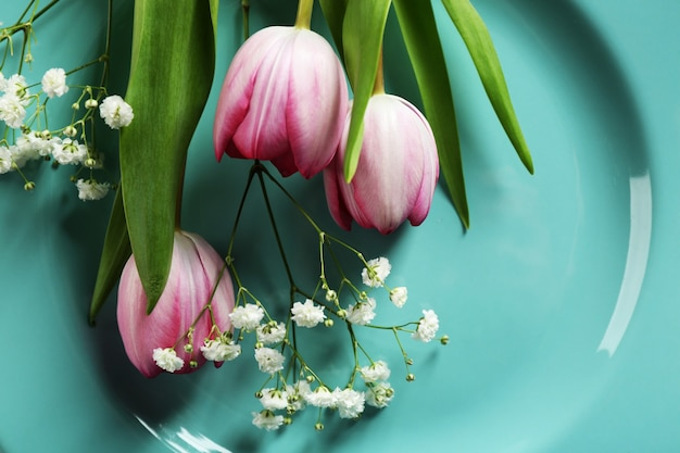 プレート上の美しい花のクローズアップ