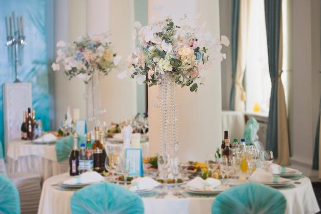 결혼식 날 테이블에 아름 다운 꽃