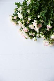흰색 바탕에 아름 다운 꽃입니다. 장미 꽃다발. 완벽한 플랫 레이. 해피 어머니의 휴일 엽서입니다. 국제 여성의 날 인사말. 광고 또는 판촉을 위한 세련된 아이디어.