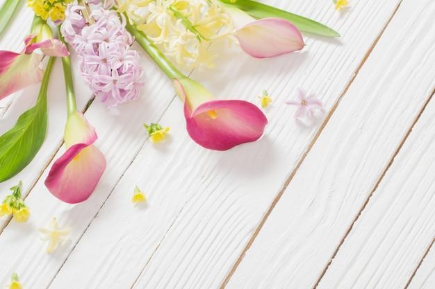 흰색 나무 바탕에 아름 다운 꽃