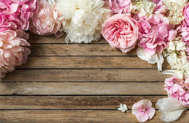 Красивые цветы на деревянном фоне