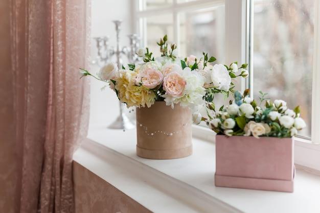木製の窓辺に美しい花